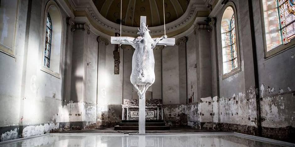 Dans une église du Limbourg, une oeuvre représentant une... vache crucifiée choque les croyants (PHOTO)