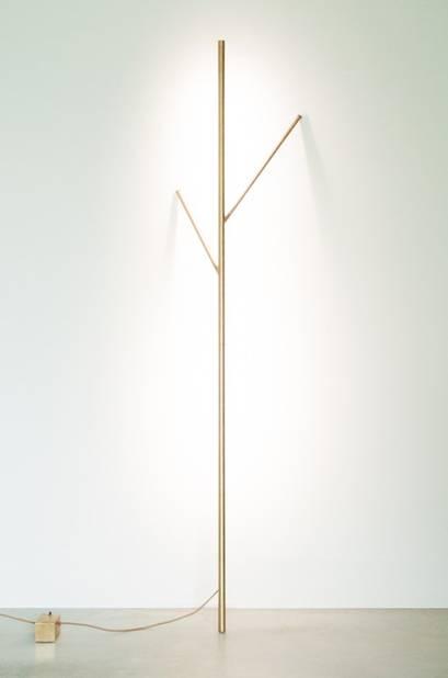 Coup de coeur de l'exposition ! Cette lampe BRANCH, véritable sculpture lumineuse à poser contre un mur, signée Pierre Coddens.