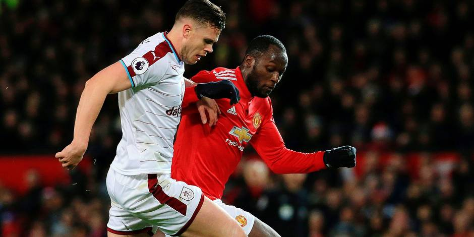 Burnley's Irish defender Kevin Long (L) challenges Manchester United's Belgian striker Romelu Lukaku (R) during the English Premier League football match between Manchester United and Burnley at Old Trafford in Manchester, north west England, on December 26, 2017. / AFP PHOTO / Lindsey PARNABY / RESTRICTED TO EDITORIAL USE. No use with unauthorized audio, video, data, fixture lists, club/league logos or 'live' services. Online in-match use limited to 75 images, no video emulation. No use in betting, games or single club/league/player publications. /
