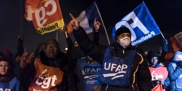 France: la mobilisation se poursuit dans les prisons, deux gardiens blessés en Corse - La Libre