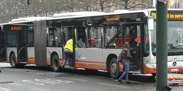 Porte de Namur: deux bus de la ligne 71 entrent en collision - La Libre