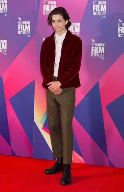 Timothée Chalamet dépoussière le look preppy grâce à une veste en velours droite sur une chemise blanche fermée, le tout avec un pantalon vintage qui fait mouche.
