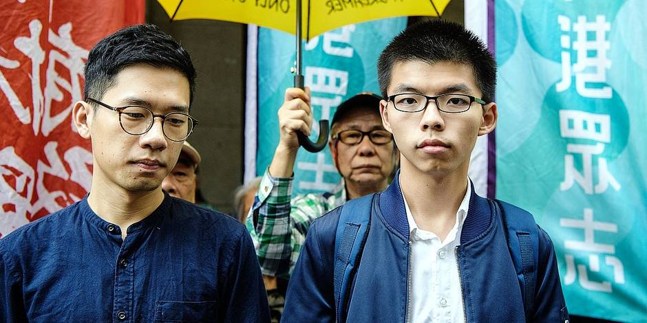 Bailed democracy activists Joshua Wong (R) and Nathan Law arrive at the Court of Final Appeal for the first hearing in their bid to appeal their jail sentences in Hong Kong on November 7, 2017. / AFP PHOTO / ANTHONY WALLACE