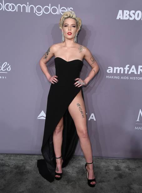 La musicienne Halsey avec le combo sexy en diable bustier robe fendue...