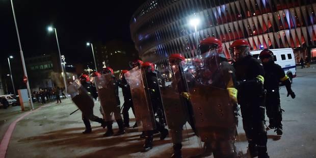 Des supporters s'envoient des feux d'artifice à la figure après un match de foot, un mort (VIDEO) - La Libre