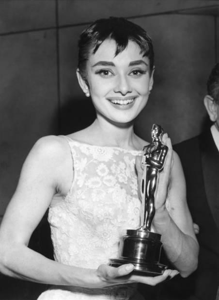 Impossible d'oublier cette petite                                              robe blanche fleurie Givenchy portée par                                              Audrey Hepburn en 1954