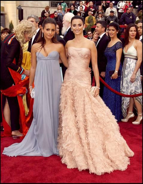 Penelope Cruz en rose poudré et plumé, une création                                     Atelier Versace en 2007