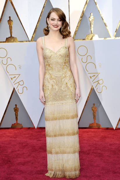 Emma Stone très années 30 en               Louis Vuitton en 2017 , sacrée meilleure actrice pour la comédie musicale Lalaland