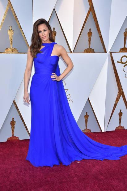 Jennifer Garner en robe bleu cobalt                         Versace