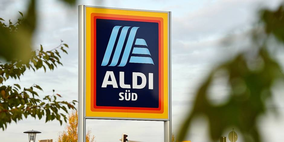 A sign with the new logo of the discount store Aldi placed in front of a branch in Schwetzingen, Germany, 03 November 2017. Photo: Sina Schuldt/dpa