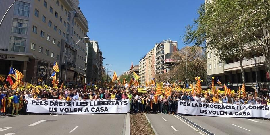 Catalogne: plusieurs milliers de manifestants ont défilé à Barcelone contre la détention d'indépendantistes