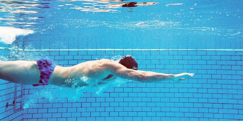 Man swimming underwater, side view Model Release : Available Property Release : Not applicable PhotoAlto / Reporters Ref : FAI043000169